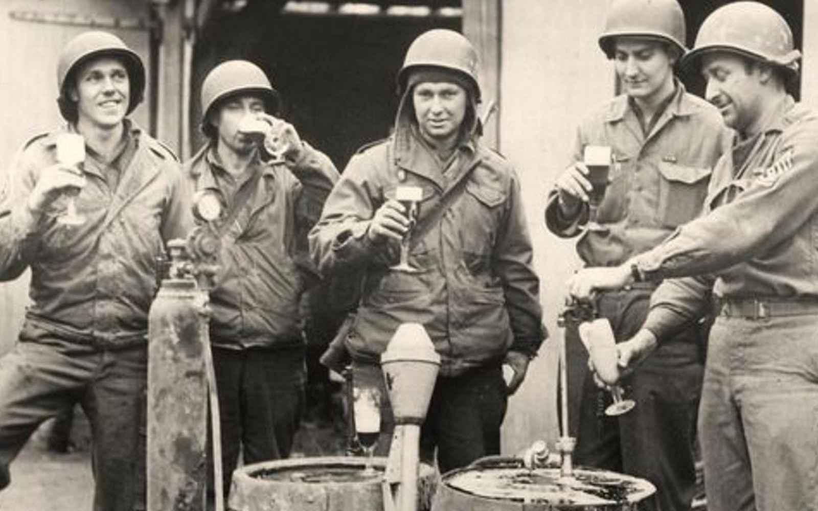 soldados beben cerveza segunda guerra mundial